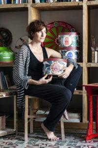 Alice Valenti e la sua latta d'artista. ritratte all'interno del suo studio a Catania. Fotografia di Alessandro Castagna.